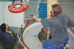 arbeiter-elektroinstallationen-kransteuerung